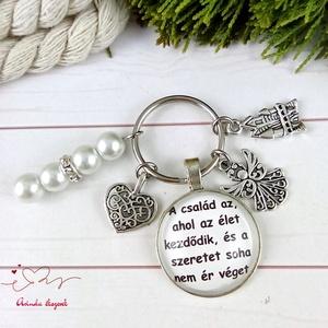 A család az, ahol az élet kezdődik feliratos üveglencsés kulcstartó táskadísz karácsony szülinap névnap, Táska & Tok, Kulcstartó & Táskadísz, Kulcstartó, Ékszerkészítés, Gyöngyfűzés, gyöngyhímzés, Egyedi feliratú, gyöngyökkel és medálkákkal díszített üveglencsés kulcstartó vagy táskadísz. \n\nSzíve..., Meska