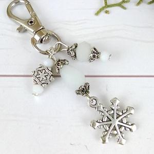 Fehér hópihe kulcstartó táskadísz anyák napja ballagás évzáró pedagógus karácsony szülinap névnap ajándék, Kulcstartó, Kulcstartó & Táskadísz, Táska & Tok, Gyöngyfűzés, gyöngyhímzés, Ékszerkészítés, Hópihe fityegővel, fehér gyöngyökkel és tibeti ezüst gyöngykupakokkal díszített kulcstartó vagy tásk..., Meska