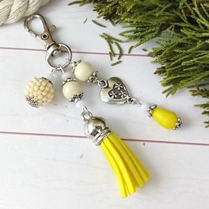 Sárga bojtos kulcstartó táskadísz anyák napja ballagás évzáró pedagógus karácsony szülinap névnap , Kulcstartó, Kulcstartó & Táskadísz, Táska & Tok, Ékszerkészítés, Gyöngyfűzés, gyöngyhímzés, Sárga és fehér gyöngyökből, szív alakú köztesből, fűzött 1 cm-es gyöngybogyóból és sárga velúrbojtbó..., Meska