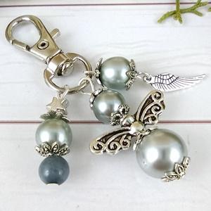 Ezüstszürke angyal angyalkás egyedi kulcstartó táskadísz ballagás évzáró pedagógus karácsony szülinap névnap , Táska & Tok, Kulcstartó & Táskadísz, Kulcstartó, Ékszerkészítés, Gyöngyfűzés, gyöngyhímzés, Ezüstszürke gyöngyökből angyalkát készítettem, az angyalkát, színben hozzáillő gyöngyöket és egy tib..., Meska