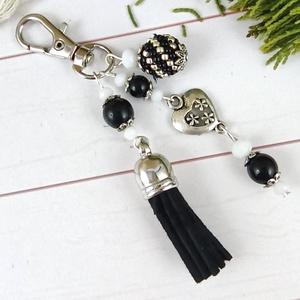 Fekete bojtos kulcstartó táskadísz anyák napja ballagás évzáró pedagógus karácsony szülinap névnap , Táska & Tok, Kulcstartó & Táskadísz, Táskadísz, Ékszerkészítés, Gyöngyfűzés, gyöngyhímzés, Fekete és fehér gyöngyökből, szív alakú köztesből, fűzött 1 cm-es gyöngybogyóból és lime velúrbojtbó..., Meska