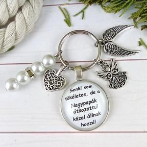 Senki sem tökéletes de a nagypapák átkozottul közel állnak hozzá feliratos üveglencsés kulcstartó táskadísz karácsony , Táska & Tok, Kulcstartó & Táskadísz, Kulcstartó, Ékszerkészítés, Gyöngyfűzés, gyöngyhímzés, Egyedi feliratú, gyöngyökkel és medálkákkal díszített üveglencsés kulcstartó vagy táskadísz. \n\nSzíve..., Meska