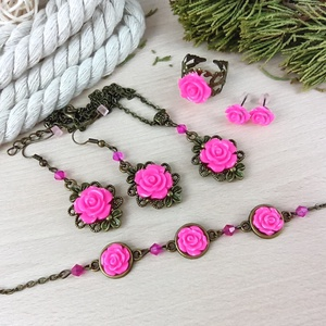 #12 Pink rózsás szett nyaklánc fülbevalók karkötő gyűrű esküvő alkalmi koszorúslány örömanya menyasszony násznagy, Ékszerszett, Ékszer, Ékszerkészítés, Gyöngyfűzés, gyöngyhímzés, Rózsa kabosonokból, bronz színű ékszeralapokból, színben hozzáillő üveggyöngyökből készült háromrész..., Meska