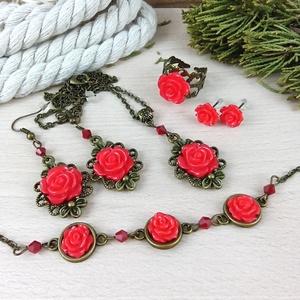 #13 Piros rózsás szett nyaklánc fülbevalók karkötő gyűrű esküvő alkalmi koszorúslány örömanya menyasszony násznagy, Ékszerszett, Ékszer, Ékszerkészítés, Gyöngyfűzés, gyöngyhímzés, Rózsa kabosonokból, bronz színű ékszeralapokból, színben hozzáillő üveggyöngyökből készült háromrész..., Meska