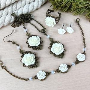 #16 fehér rózsás szett nyaklánc fülbevalók karkötő gyűrű esküvő alkalmi koszorúslány örömanya menyasszony násznagy, Ékszerszett, Ékszer, Ékszerkészítés, Gyöngyfűzés, gyöngyhímzés, Rózsa kabosonokból, bronz színű ékszeralapokból, színben hozzáillő üveggyöngyökből készült háromrész..., Meska