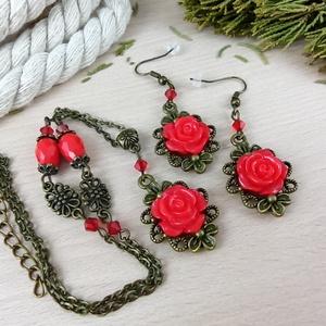#45 piros rózsás antik bronz szett nyaklánc fülbevaló esküvő alkalmi koszorúslány örömanya menyasszony násznagy, Ékszer, Ékszerszett, Ékszerkészítés, Gyöngyfűzés, gyöngyhímzés, Rózsa kabosonokból, antik bronz színű ékszeralapokból, színben hozzáillő üveggyöngyökből készült két..., Meska