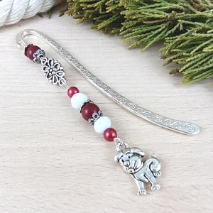 Piros kutyás könyvjelző anyák napja ballagás évzáró pedagógus karácsony szülinap névnap ajándék könyvmoly, Otthon & Lakás, Papír írószer, Könyvjelző, Ékszerkészítés, Gyöngyfűzés, gyöngyhímzés, A 8 cm-es könyvjelzőalapot kutya medál, piros és fehér gyöngyök, valamint tibeti ezüst gyöngykupakok..., Meska