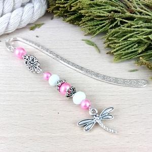 Rózsaszín szitakötő könyvjelző anyák napja ballagás évzáró pedagógusnak karácsony szülinap névnap könyvmoly ajándék, Otthon & Lakás, Papír írószer, Könyvjelző, Ékszerkészítés, Gyöngyfűzés, gyöngyhímzés, A könyvjelzőalapot rózsaszín és fehér gyöngyök, tibeti ezüst gyöngykupakok, virág alakú köztes valam..., Meska