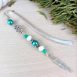Zöld penna toll könyvjelző anyák napja ballagás évzáró pedagógus karácsony szülinap névnap ajándék könyvmoly , Otthon & Lakás, Papír írószer, Könyvjelző, Ékszerkészítés, Gyöngyfűzés, gyöngyhímzés, Toll/penna fityegővel/medállal díszített könyvjelző zöld és fehér gyöngyökkel, ezüst színű könyvjelz..., Meska