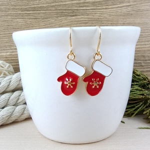 Piros kesztyű fülbevaló karácsonyra mikulásra télire adventi kalendáriumba nőnek lánynak, Ékszer, Fülbevaló, Lógó fülbevaló, Ékszerkészítés, Gyöngyfűzés, gyöngyhímzés, Vidám, karácsonyi hangulatú fülbevaló arany színű díszítéssel és fülbevalóalappal. \nTeljes hossza ak..., Meska