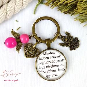 Minden időben érkezik üveglencsés kulcstartó táskadísz pink angyallal pedagógus szülinap névnap karácsony mikulás - Meska.hu