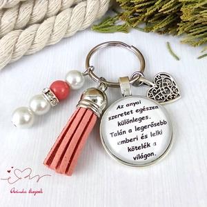Az anyai szeretet egészen különleges feliratos piros bojtos üveglencsés kulcstartó táskadísz karácsony , Táska & Tok, Kulcstartó & Táskadísz, Kulcstartó, Ékszerkészítés, Gyöngyfűzés, gyöngyhímzés, Meska