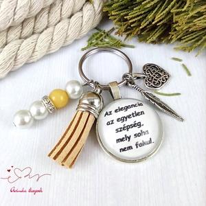 Az elegancia az egyetlen szépség feliratos bézs bojtos üveglencsés kulcstartó táskadísz karácsony , Táska & Tok, Kulcstartó & Táskadísz, Kulcstartó, Ékszerkészítés, Gyöngyfűzés, gyöngyhímzés, Meska