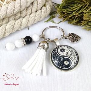 Jinjang mintás fehér bojtos üveglencsés kulcstartó táskadísz bojtos karácsony szülinap névnap nyár ajándék - táska & tok - kulcstartó & táskadísz - táskadísz - Meska.hu