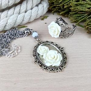 #52 fehér rózsás sötét ezüst szett nyaklánc gyűrű esküvő alkalmi koszorúslány örömanya menyasszony násznagy, Ékszer, Ékszerszett, Ékszerkészítés, Gyöngyfűzés, gyöngyhímzés, Meska