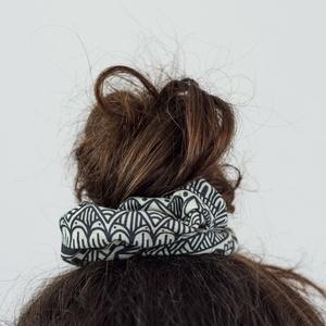 Zentangle mintás hajgumi, Táska, Divat & Szépség, Ruha, divat, Hajbavaló, Hajgumi, Varrás, Fotó, grafika, rajz, illusztráció, Kényelmes hajgumi, amely nem roncsolja a hajat, de akár kiegészítőként a csuklón is jól mutat.\n\n100%..., Meska