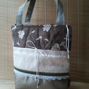 ARTBAG-egyedi tervezésű, csíkok ól összeállított női táska, alul ezüstös textilbőrrel, Táska, Divat & Szépség, Táska, Válltáska, oldaltáska, Varrás, \n Mércsíkokból összeállított női táska, alul ezüstös textilbőrrel, fölső csík drapp csipke 33x33 cm ..., Meska
