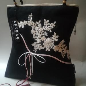 ARTbag-fekete farmervászon női táska, fehér csipke rátéttel , Táska & Tok, Kézitáska & válltáska, Válltáska, Varrás, Fekete-fehér női táska csipke díszítéssel\n \n Egyszerű forma, elegáns megjelenés....\n Méretei:33x33 c..., Meska