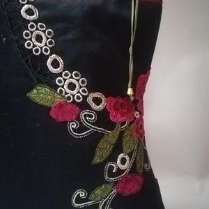 ARTbag-fekete farmervászon női táska, applikált színes csipkével, Táska & Tok, Kézitáska & válltáska, Válltáska, Varrás, Fekete alapon színes csipkemintával díszített női táska \n \n Egyszerű forma, elegáns megjelenés....\n ..., Meska