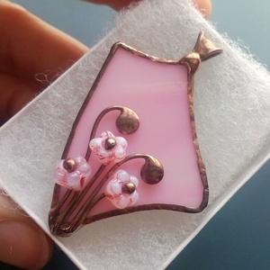 """Cseresznyevirágzás üvegékszer medál, Ékszer, Nyaklánc, Medálos nyaklánc, Ékszerkészítés, Üvegművészet, Rózsaszín üvegen rózsaszín virág formájú kis gyöngyök és indák hajladoznak. Az üveg is egy \""""mozduló\""""..., Meska"""