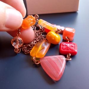 Bolondos gyöngyök nyaklánc narancssárga - piros, Ékszer, Nyaklánc, Gyöngyös nyaklác, Ékszerkészítés, Egy olyan gyöngysort láthatsz, ahol minden egyes gyöngy más - más formájú és még a szín is változik ..., Meska
