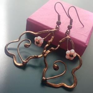 Hajladozó inda és rózsaszín gyöngy fülbevaló, Ékszer, Fülbevaló, Lógó fülbevaló, Ékszerkészítés, Egy könnyű, bájos fülbevaló, egy - egy rózsaszín virág formájú gyönggyel és kunkorodó indákkal, mind..., Meska