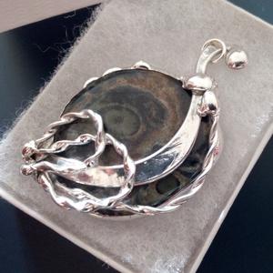 Jáspis ásvány medál, Ékszer, Nyaklánc, Medál, Ékszerkészítés, Egy félelmetesen gyönyörű kambaba jáspis követ egy stílusos ívhez rögzítettem és csavart mintázatú í..., Meska