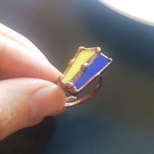 Kék - sárga üvegékszer gyűrű, Ékszer, Gyűrű, Statement gyűrű, Ékszerkészítés, Üvegművészet, Citromsárga és királykék színes üveg egymás mellett, összeforrasztva, díszítve ónpöttyökkel.\nLátvány..., Meska