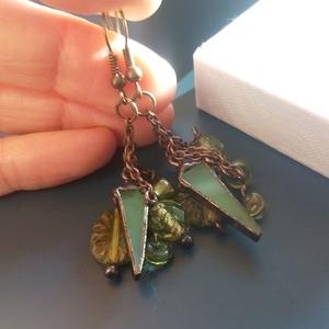 Kikelet üvegékszer fülbevaló, Ékszer, Fülbevaló, Lógó fülbevaló, Ékszerkészítés, Üvegművészet, Láncok végére rögzítettem különböző formájú zöld gyöngyöket és egy - egy zöld üvegdarabot is. Üde ta..., Meska