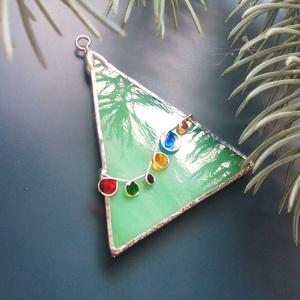Fenyőfa üvegdísz, ablakdísz, Otthon & Lakás, Dekoráció, Díszüveg, Üvegművészet, Fenyőfa teljes pompájában, egy zöld üvegdarab, rajta színes fényfüzér.\nAz üveg hozza a megszokott gy..., Meska