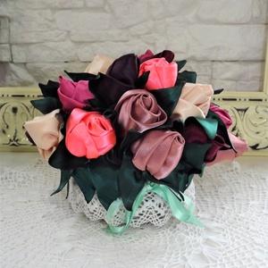 Vintage asztaldísz, selyem virágokból, Dekoráció, Otthon & lakás, Dísz, Újrahasznosított alapanyagból készült termékek, Varrás, vintage asztaldísz, selyem virágokból\n\nkézzel készített selyem virágokból, fonott kosárkában. \n\n\nmag..., Meska