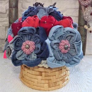 asztalközép textil virágokból, Csokor & Virágdísz, Dekoráció, Otthon & Lakás, Újrahasznosított alapanyagból készült termékek, Varrás, Asztalközép textil virágokból.\n\nmagassága 25cm. \nszélessége 25cm.\n\nFarmer anyagból és egyébb textil ..., Meska