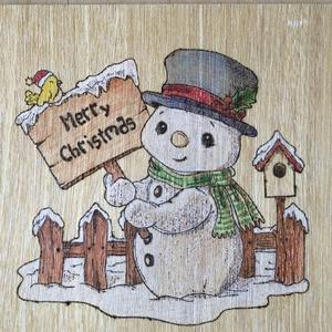Hóember, karácsonyi dekoráció, Művészet, Grafika & Illusztráció, Fotó, grafika, rajz, illusztráció, Gravírozás, pirográfia, Pirográf karácsonyi dekoráció, kézzel készített, színezett, lakkozott hóember.\nPostai, vagy Foxpost ..., Meska