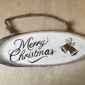 Merry Christmas ajtódísz, Otthon & Lakás, Dekoráció, Ajtódísz & Kopogtató, Famegmunkálás, Pirográf ajtódísz. Kézzel készített natúr felirat.\nMéret: 20x8 cm\nÁr: 2000 Ft, Meska