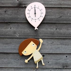 Anna, barna hajú lány lufis óra, Gyerek & játék, Lakberendezés, Otthon & lakás, Falióra, óra, Famegmunkálás, Festett tárgyak, 16 mm-es MDF-ből készült, kézzel festett, matt lakkal felületkezelt termék.\n\nMérete:  szélesség 210m..., Meska