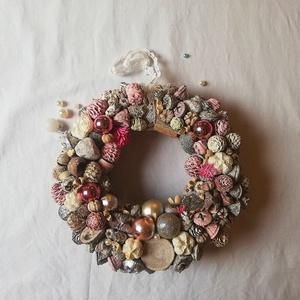 Vintage Adventi Ajtódísz, Otthon & Lakás, Lakberendezés, Virágkötés, Ajtódísz ezüst, pasztell , hamvas és havas rózsaszín termésekkel és karácsonyi díszekkel.\n\n\nMérete 2..., Meska
