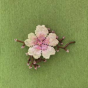 Cseresznyevirág bross, Kitűző, Kitűző & Bross, Ékszer, Gyöngyfűzés, gyöngyhímzés, Miyuki üveggyöngyből készült cseresznyevirág. \nA 7 órás munka során az ágacskáival együtt teljesen e..., Meska