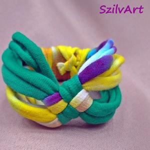 Kockás textil karkötő - zöld-sárga batikolt, Ékszer, NoWaste, Karkötő, Pólófonalból készítettem ezt a kockás karkötőt, zöld és batikolt sárga árnyalatokban. Belebújós (kic..., Meska
