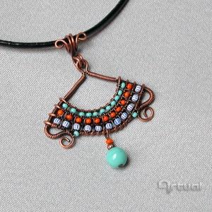Kis egyiptomi réz drót medál színes gyöngyökkel, Ékszer, Nyaklánc, Medálos nyaklánc, Ékszerkészítés, Fémmegmunkálás, Meska