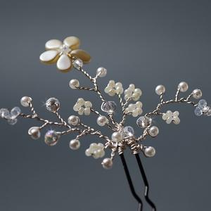 Menyasszonyi virágos hajtű kristályokkal, fehér és krém gyöngyökkel, Ékszer, Esküvő, Hajdísz, ruhadísz, Táska, Divat & Szépség, Ékszerkészítés, Gyöngyfűzés, gyöngyhímzés, Menyasszonyi virágos hajtű kristályokkal, fehér és krém gyöngyökkel fekete hajtűn.\nA hajdísz jó minő..., Meska
