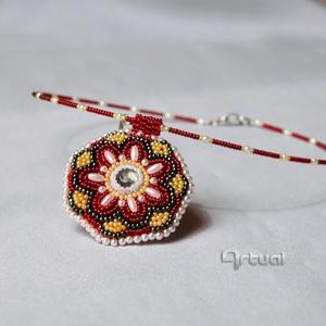 Egyedi gyöngyhímzett mandala medál színes gyöngyökkel, Ékszer, Nyaklánc, Medálos nyaklánc, Gyöngyfűzés, gyöngyhímzés, Ékszerkészítés, Közepes méretű, egyedi gyöngyhímzett mandala medál színes kásagyöngyökkel és fehér rizsgyöngyökkel. ..., Meska