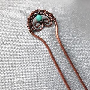 Kézműves réz hajtű türkiz színű gyönggyel - Meska.hu