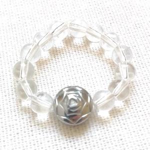 Ezüst rózsa - gumis gyűrű hematit rózsával, Ékszer, Gyűrű, Gyöngyös gyűrű, Ékszerkészítés, Gyöngyfűzés, gyöngyhímzés, Ásvány gyűrű ezüst színű hematit rózsával.\nEgyedi gyűrű 4mm-es átlátszó üveggyöngyökből, ezüst színű..., Meska