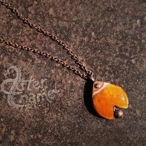 Tulipán formájú tűzzománc medál, kis méretű, narancs, Ékszer, Medál, Ékszerkészítés, Tűzzománc, Tulipánformájú, domborított lemezből készült ékszerzománcos medál, melyet kis rézgömböcske egészít k..., Meska