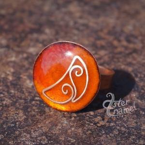 Kerek, domború, hajlított vékony huzallal díszített narancssárga tűzzománc gyűrű, Ékszer, Gyűrű, Kerek gyűrű, Ékszerkészítés, Tűzzománc, Egy igazán elegáns, kissé szecessziós hangulatú, domború ékszert készítettünk. Szabályos kerek forma..., Meska