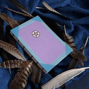 Vázlatfüzet, Otthon & Lakás, Papír írószer, Jegyzetfüzet & Napló, Könyvkötés, A5-ös méretű, kemény borítójú vázlatfüzet. A füzet gerince nyitott így könnyen és stabilan lehet bel..., Meska