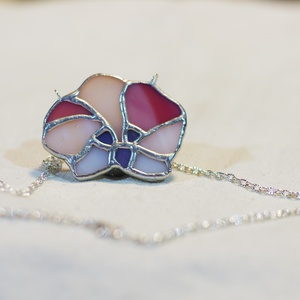 Tiffany, orchidea virág medál - egyedi nyaklánc, \nTiffany technikával keszült virág. Egyedi, kézzel készült ékszer. Teljesen ólommentes, 1/3 részt ez..., Meska