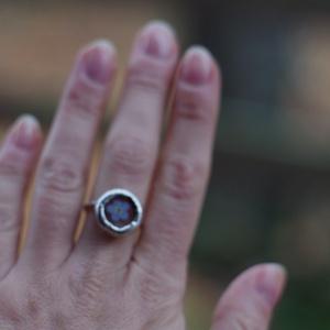 FAUN nefelejcs üveg gyűrű, ezüstözve, kék erdei nefelejcs, fenntartható design, különleges karácsonyi ajándék (aTinYTrIPglassart) - Meska.hu
