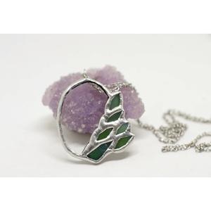Egyedi üveg nyaklánc, növényi motívumokkal körbefogva, kör formával, páfrány és virág formákkal, ezüsttel, karácsonyi, Ékszer, Medálos nyaklánc, Nyaklánc, Ékszerkészítés, Üvegművészet, Meska