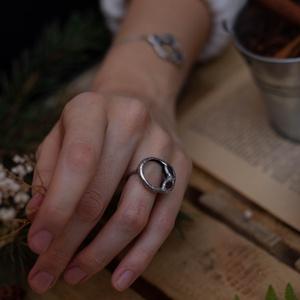Egyedi üveg gyűrű növényi motívumokkal körbefogva, kör formával, páfrány és virág formákkal, ezüsttel, karácsonyi le, Ékszer, Szoliter gyűrű, Gyűrű, Ékszerkészítés, Üvegművészet, Meska